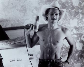 """Brad Pitt  Belki de film tarihinde hiç kimse, birçok kadının röportajlarda """"sadece Brad Pitt ile çıplak sahnelerde bulunurum"""" diyerek iltifatlar yağdırmasına maruz kalmadı."""